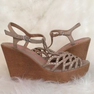 GREAT CONDITION embellished scalloped T wedge